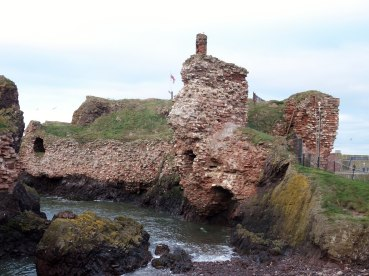 1920px-Dunbar_Castle,_East_Lothian_-_view_of_western_side_from_the_middle_beach.jpg